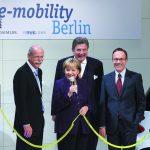 """v.l.n.r.:_Dr._Dieter_Zetsche,_Vorstandsvorsitzender_Daimler_AG,_Bundeskanzlerin_Dr._Angela_Merkel,_Dr._Jürgen_Grossmann,_Vorstandsvorsitzender_RWE_und_Matthias_Wissmann,_VDA-Präsident,_bei_der_Auftaktveranstaltung_""""e-mobility_Berlin"""