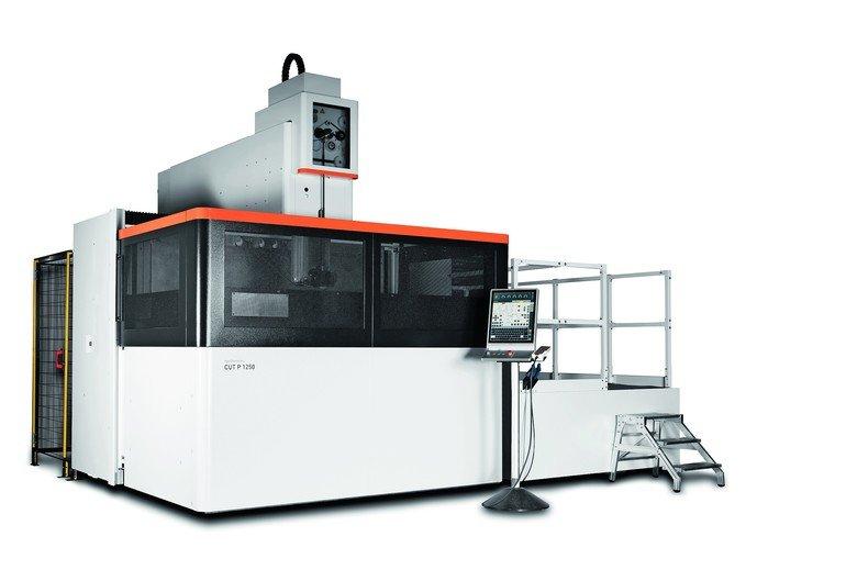 Bearbeitung großer, schwerer Teile wird mit Drahterodiermaschine ...