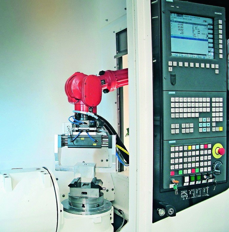DirectControl_solution_allows_the_CNC_to_control_both_the_robot_arm_drive_system_andcontains_safety_functions_typically_performed_by_the_robot_controller._In_addition,_the_robot_is_programmed_solely_using_Sinumerik.