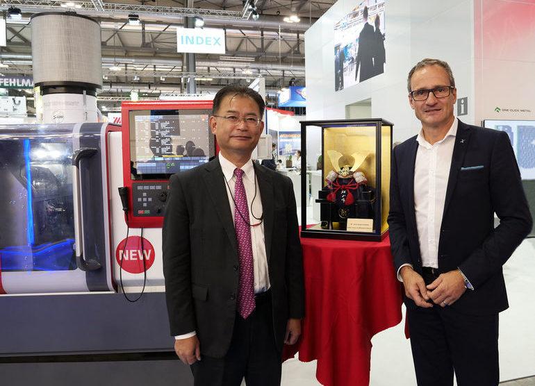 Masaru_Tashiro_(l.),_Mitsubishi_Electric,_und_Dr._Dirk_Prust,_Index,_auf_der_EMO_in_Mailand
