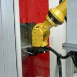 Die_MAFAC_Reinigungsanlage_JAVA_wird_bei_Festool_in_Neidlingen_während_des_vollautomatisierten_Bearbeitungsprozesses_von_einem_Roboter_beschickt.