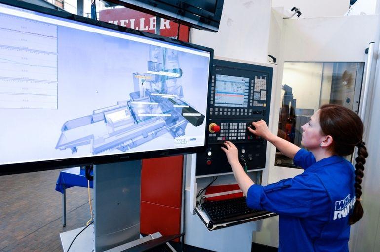 Eine_Mitarbeiterin_des_Werkzeugmaschinenlabors_WZL_der_RWTH_Aachen_University_bedient_in_Aachen_am_Dienstag,_20.Juni_2017,_eine_Bohrmaschine.