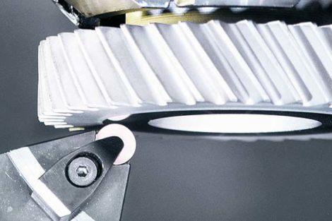 Bundbearbeiten eines Zahnrads. Bild: CeramTec
