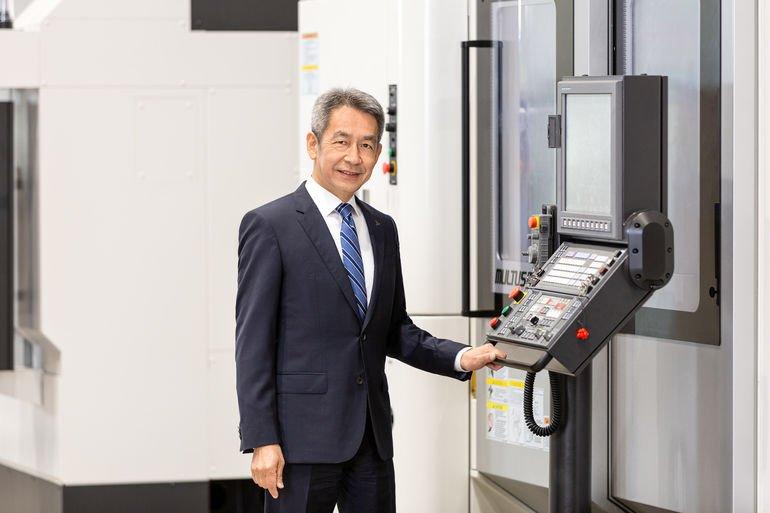 Takeshi Yamamoto, CEO Okuma Europe, vor einer Hommel-Maschine.